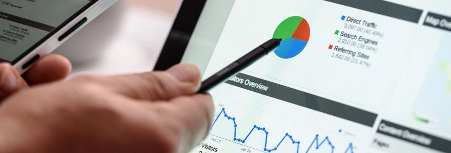data analyst pointant un graphe avec son stylet sur son écran